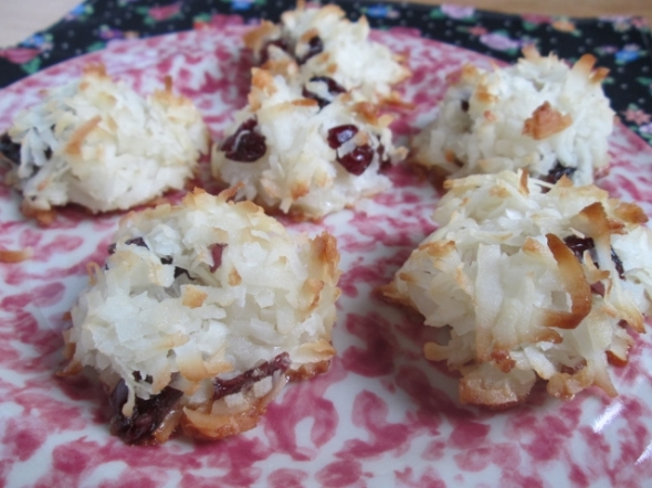 Coconut Macaroons with Dried Cranberries (640x480)